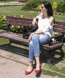 La giovane donna che riposa nel ohrid del lago, Macedonia Immagini Stock Libere da Diritti
