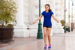 La giovane donna che salta una corda Fotografie Stock Libere da Diritti
