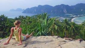 La giovane donna che si rilassa su una roccia in Tailandia sul phi del phi di Ko indossa il punto di vista dell'isola Fotografia Stock