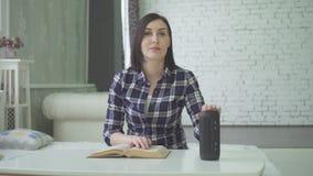 La giovane donna che studia, facendo uso di un assistente di voce, ha una domanda fotografie stock