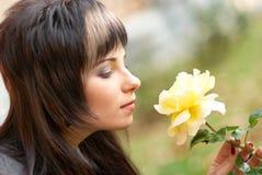 La giovane donna con è aumentato Fotografie Stock