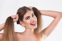 La giovane donna con ha messo-fuori l'uvola Immagine Stock