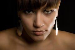 La giovane donna con i capelli di colore marrone del ? Fotografie Stock Libere da Diritti
