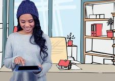 la giovane donna con il cappello e la compressa porpora sull'ufficio allinea con colore Immagine Stock