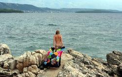 La giovane donna con il pareo in mani va via innaffiare Fotografia Stock Libera da Diritti