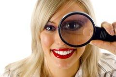 La giovane donna con ingrandice il vetro Immagini Stock Libere da Diritti
