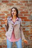 La giovane donna con la bocca aperta vuole mangiare il gelato Fotografie Stock