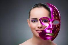 La giovane donna con la maschera di carnevale fotografia stock libera da diritti