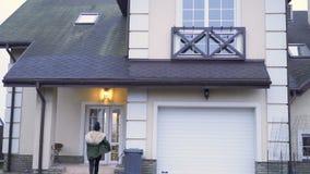 La giovane donna con le chiavi funziona ad una nuova casa al rallentatore video d archivio