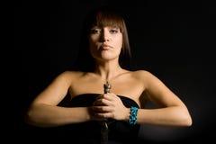La giovane donna con un pugnale Fotografie Stock