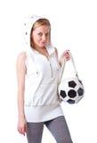La giovane donna con un sacchetto ha modellato come una sfera di calcio Fotografia Stock