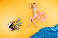 la giovane donna in costume da bagno ed i Flip-flop che tengono il nuoto suonano sopra immaginano la spiaggia, l'estate fotografie stock
