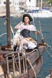 La giovane donna in costume del pirata sta proponendo Fotografie Stock