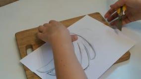 La giovane donna creativa ha tagliato lo stampino facendo uso di un bordo di legno archivi video