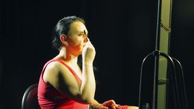 La giovane donna davanti allo specchio modella le sue sopracciglia con una spazzola archivi video