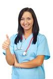 La giovane donna del medico dà i pollici Fotografie Stock
