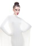La giovane donna del ritratto concettuale si è vestita nel bianco. Immagine Stock Libera da Diritti