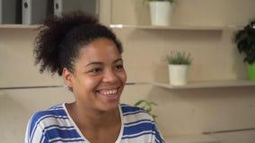 La giovane donna del ritratto dice alla persona invisibile con il sorriso amichevole video d archivio