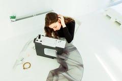La giovane donna del sarto da donna cuce i vestiti sulla macchina per cucire fotografie stock libere da diritti