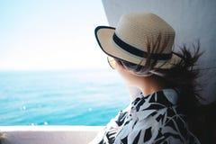La giovane donna del viaggiatore nel salto del vento dei capelli e del vestito casuale ha Fotografia Stock