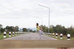 la giovane donna dell'atleta esercita all'aperto in parco, si rilassa in natura Fotografie Stock
