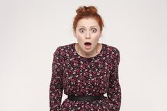 La giovane donna della testarossa di stupefazione è colpita apra la bocca ed il grande occhio Fotografie Stock