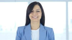 La giovane donna di affari che accetta l'offerta, acconsente, sì Immagine Stock