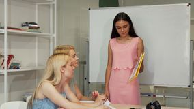La giovane donna di affari che presenta la statistica diagrams ai suoi colleghi