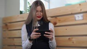 La giovane donna di affari esamina il telefono cellulare, sulla sua mano nuovi orologi astuti video d archivio
