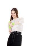 La giovane donna di affari in formalwear solleva le teste di legno Fotografia Stock Libera da Diritti