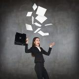 La giovane donna di affari getta sugli strati di carta Fotografia Stock Libera da Diritti