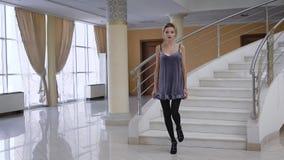 La giovane donna di affari ha provato la sua mano come modello di moda nello studio al palazzo Della bionda passeggiata sbalordit archivi video