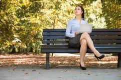 La giovane donna di affari sexy lavora con il suo computer portatile Fotografia Stock Libera da Diritti