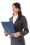 La giovane donna di affari sorridente con il dispositivo di piegatura osserva in su Immagini Stock