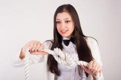 La giovane donna di affari stringe il nodo Immagini Stock