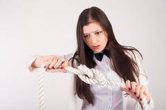 La giovane donna di affari stringe il nodo Fotografie Stock Libere da Diritti