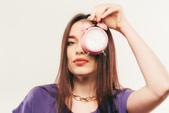 La giovane donna di affari in vetri con la sveglia Immagini Stock
