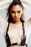 La giovane donna di afro di bellezza nella fine del maglione su, sguardo sexy dell'inverno, modo compone immagini stock