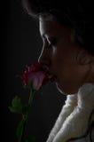 La giovane donna di Beautifull con è aumentato Fotografie Stock Libere da Diritti