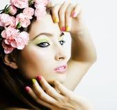 La giovane donna di bellezza con i fiori e compone vicino su, sprin reale Immagine Stock