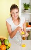 La giovane donna di bellezza produce la spremuta di limone Immagini Stock