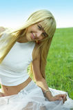 La giovane donna di bellezza salta nel campo Fotografia Stock Libera da Diritti