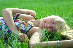 La giovane donna di bellezza salta nel campo Fotografie Stock