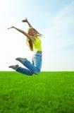 La giovane donna di bellezza salta nel campo Fotografie Stock Libere da Diritti