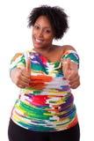 La giovane donna di colore grassa che fa i pollici aumenta il gesto - peopl africano Fotografie Stock