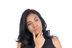 La giovane donna di colore sta riflettendo le sue scelte Decisione dubbio fem Immagine Stock
