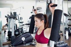 La giovane donna di forma fisica ha eseguito l'esercizio Fotografia Stock Libera da Diritti