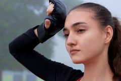 La giovane donna di forma fisica riposa durante l'allenamento di addestramento di pugilato all'aperto Fotografie Stock Libere da Diritti