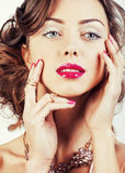 La giovane donna di lusso di bellezza con gioielli, gli anelli, chiodi si chiude su Immagine Stock Libera da Diritti