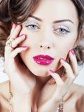 La giovane donna di lusso di bellezza con gioielli, gli anelli, chiodi si chiude su Fotografia Stock Libera da Diritti
